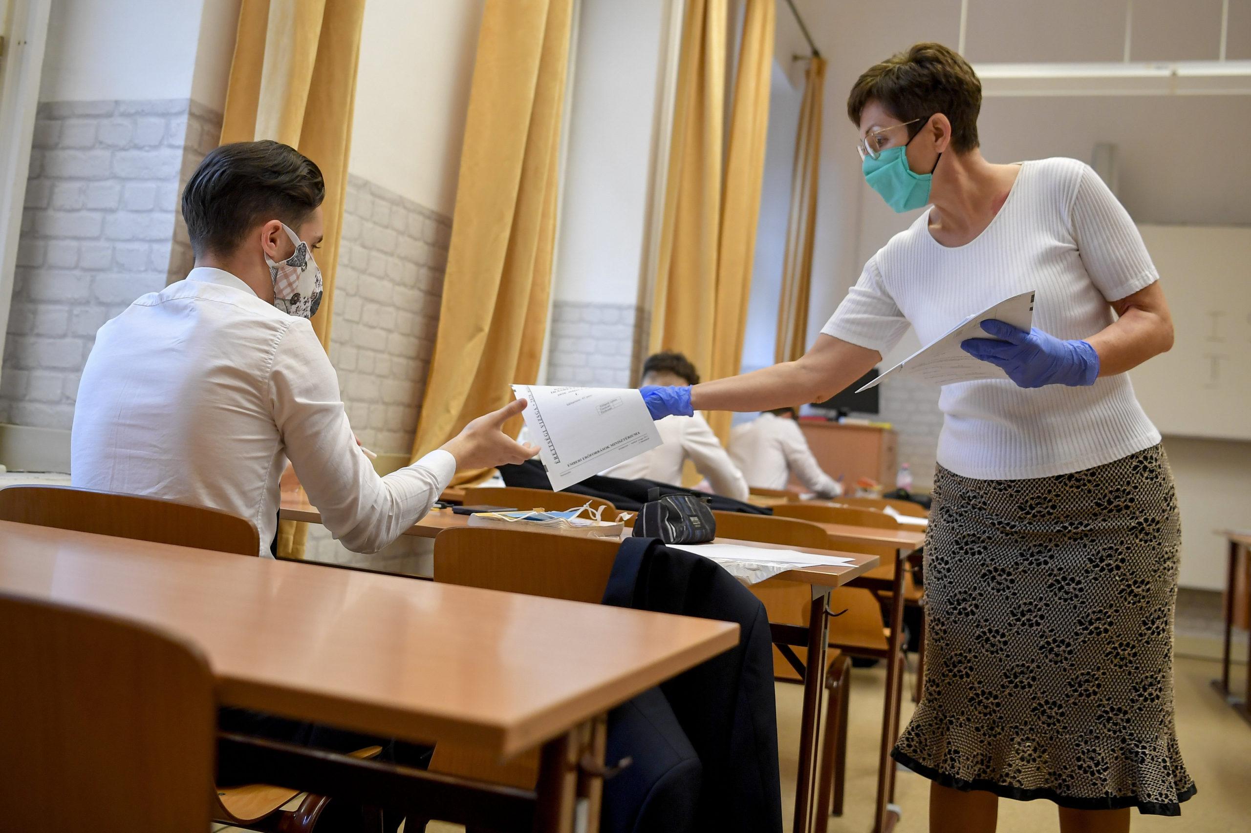Ma reggel - a járványügyi szabályok betartásával - országszerte megkezdődnek az írásbeli érettségi vizsgák.