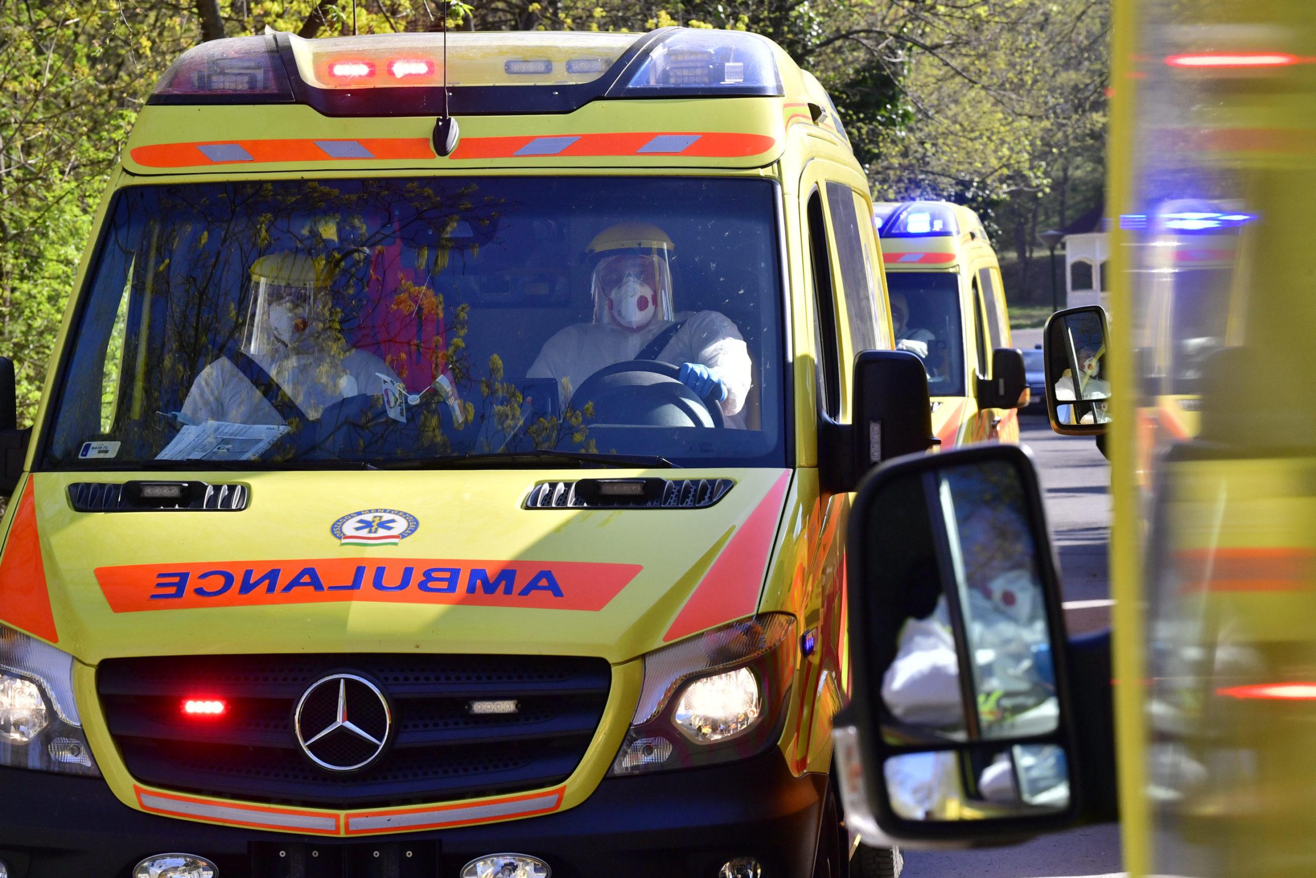 mentősök talpig beöltözve védekeznek a koronavírus ellen
