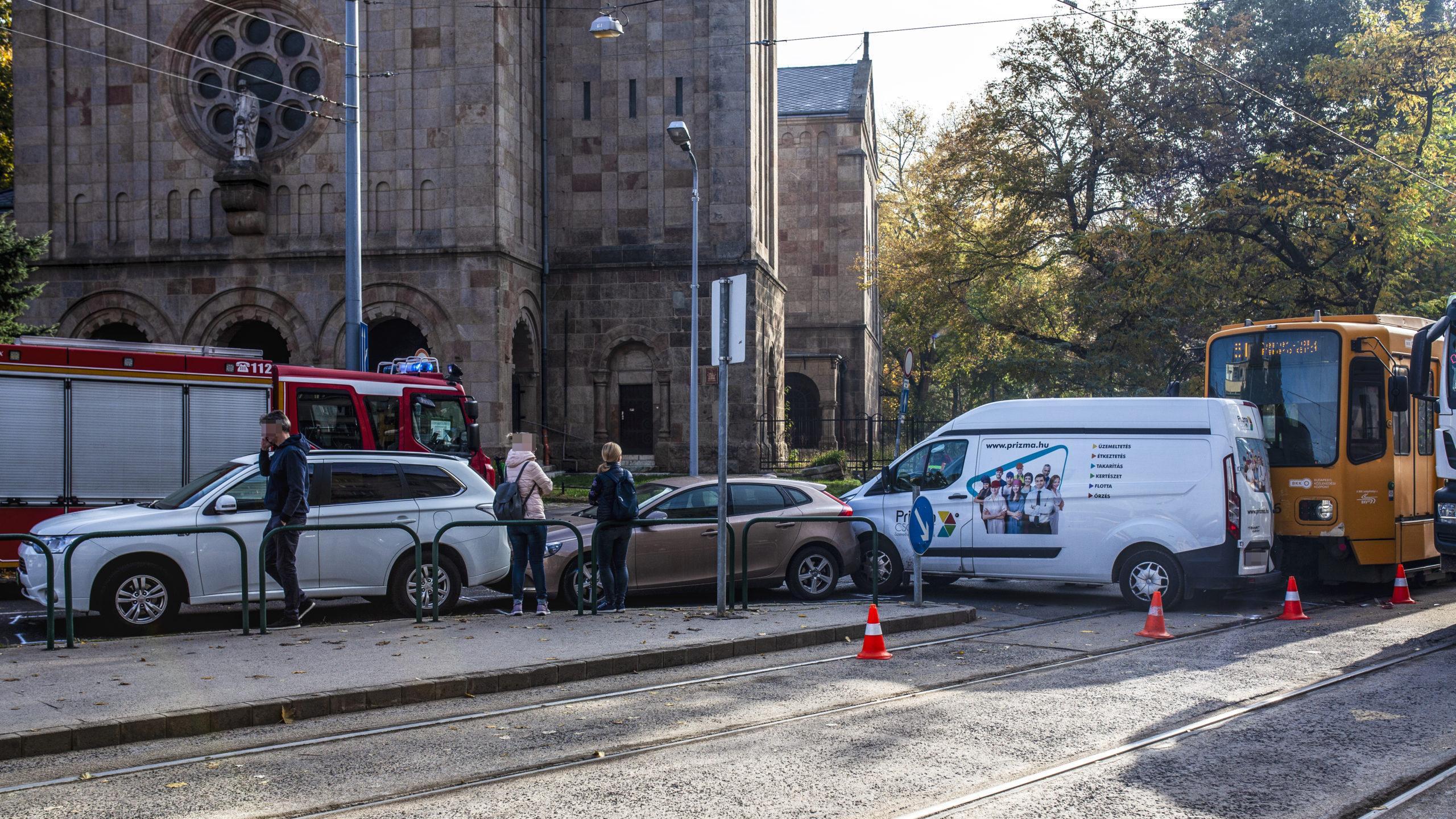 Villamossal karambolozott három autó a IX. kerületben