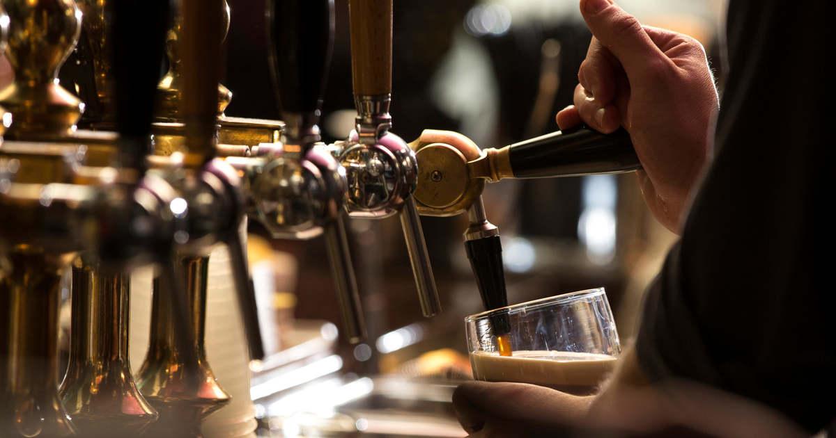 Megtilthatják a britek a védőoltással nem rendelkező vendégek kocsmázását