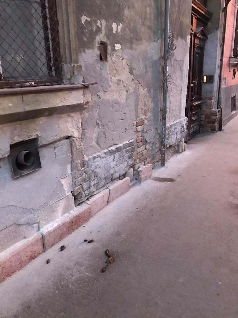 Már emberi ürülék is van a járdákon Ferencvárosban