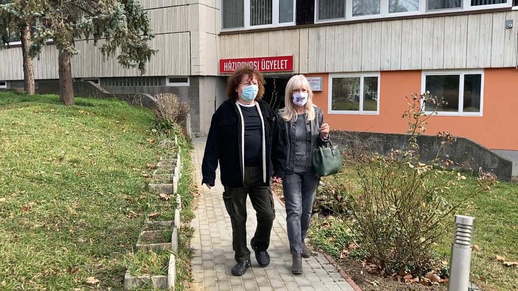 Demjén Ferenc és Rebecca távozóban az ügyeletről