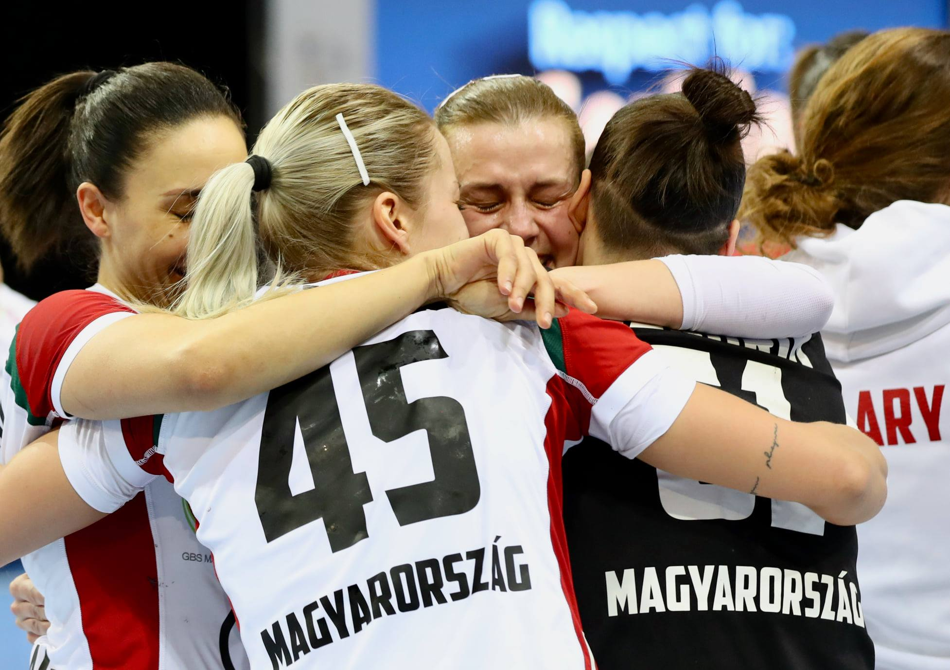 Könnyezve ünnepelte a sikert a magyar női kézilabda-válogatott