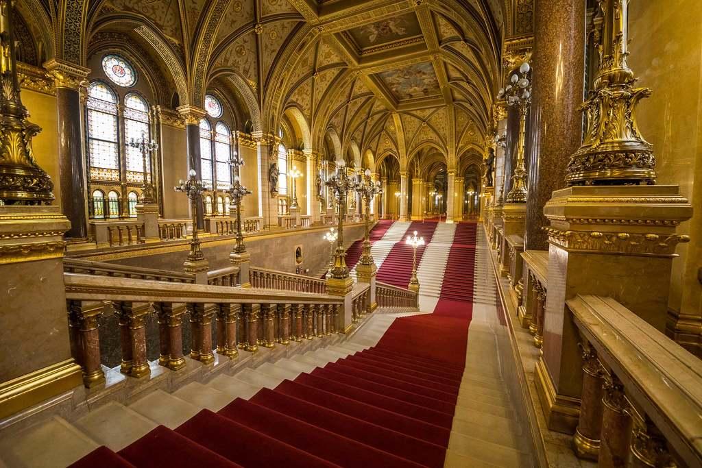 A díszlépcsőház és rajta a vörös futószőnyeg, melynek hossza az egész Parlamentben összesen 3 kilométer