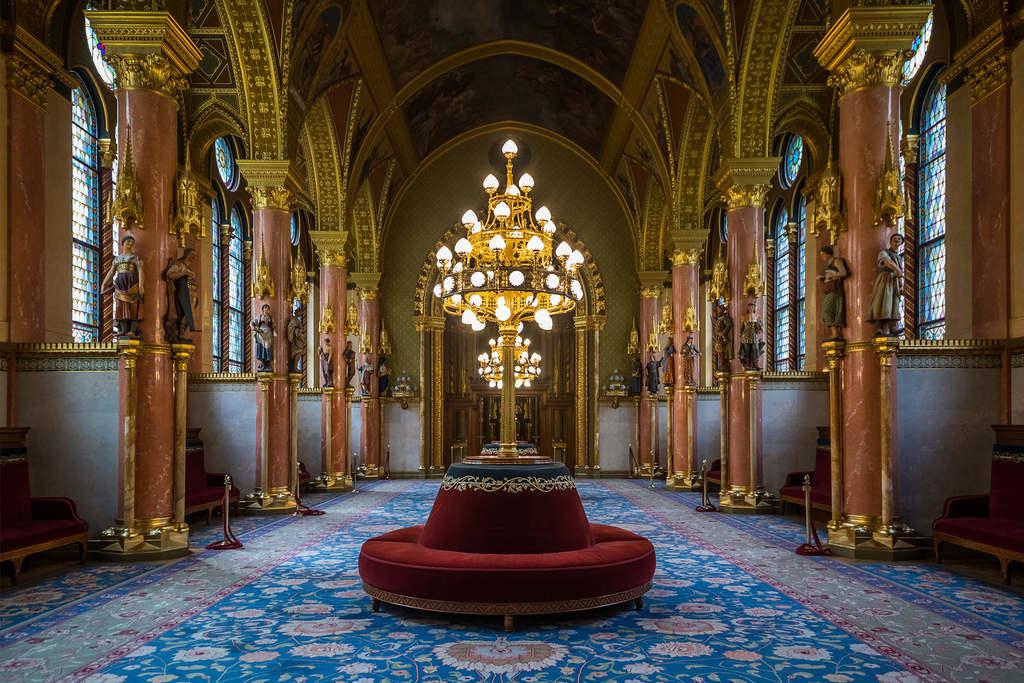 """A felsőházi ülésteremhez tartozó társalgó. A felsőház tagjai többnyire nemesek voltak, a szőnyeg kék színe, a """"kék vérre"""" utal"""