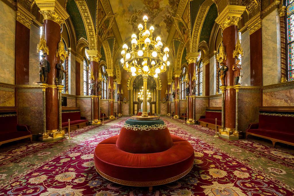 Az alsóházi ülésteremhez tartozó társalgó. A szőnyegek súlya tíz mázsa, méretük több mint 150 négyzetméter. De hogy miért különbözik a színük, azt a következő képnél eláruljuk!