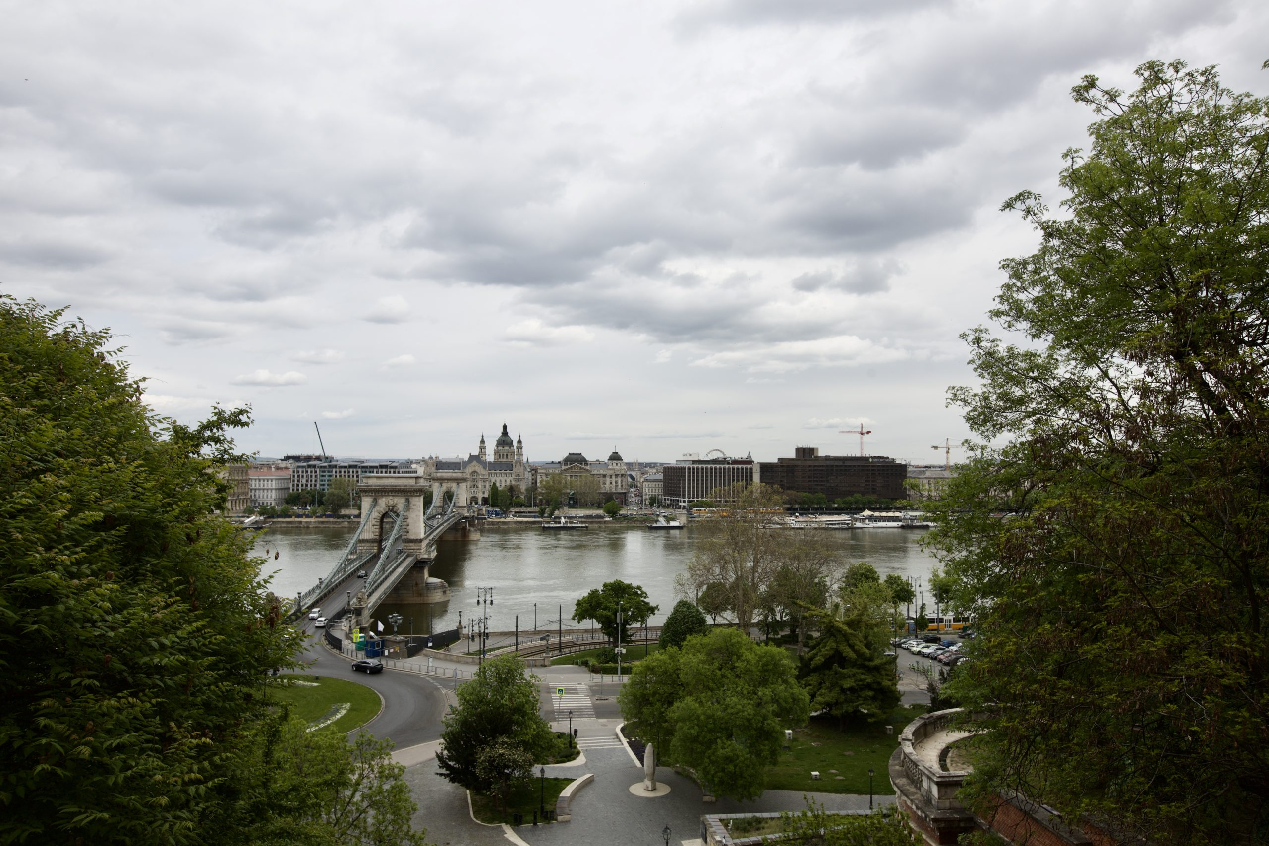 Pénteken az erős lehűlés miatt szükség lehet ismét a kabátra, esernyőre Budapesten is