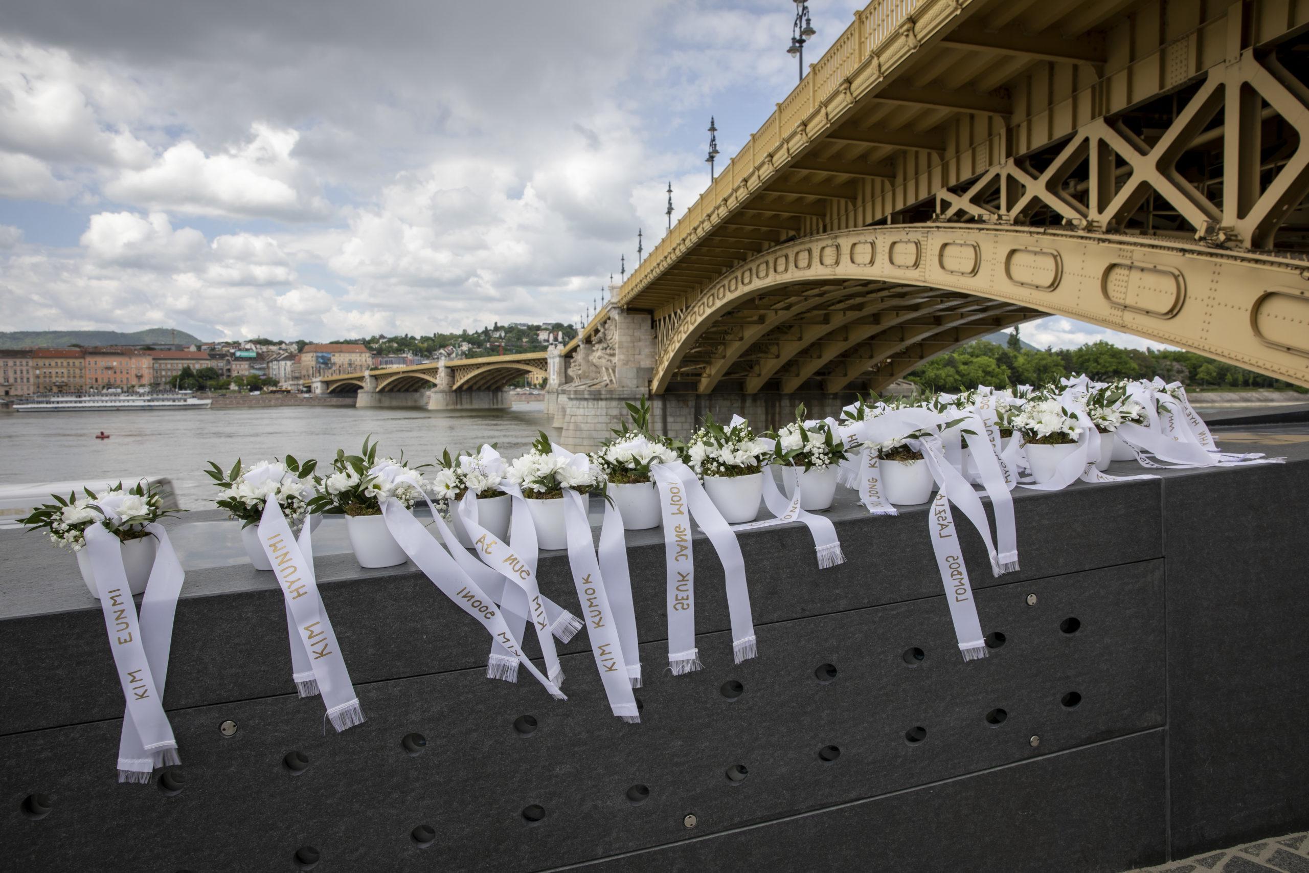 Monumentális emlékművet emelt a magyar állam a Hableány tragédia áldozatainak emlékére a Margit-híd pesti hídfőjénél