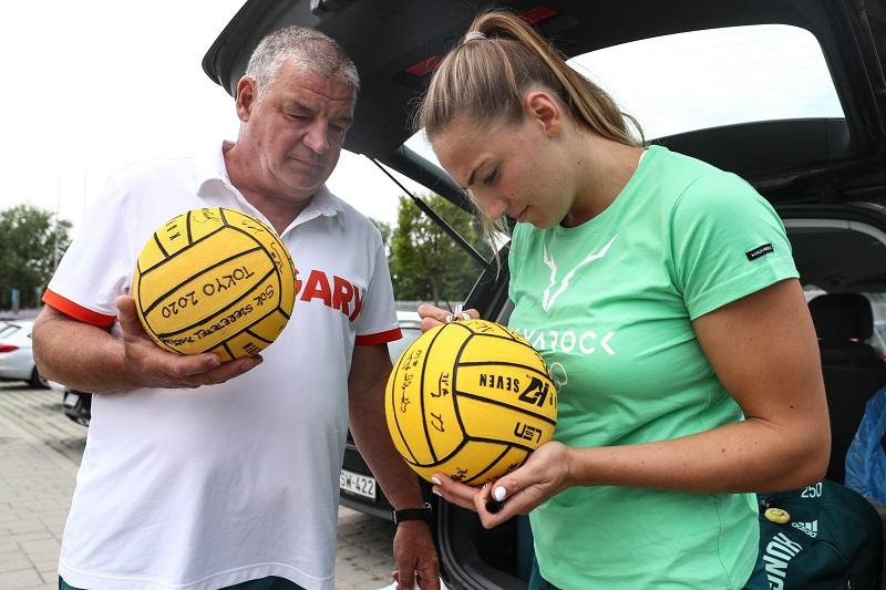 Gurisatti Gyula, és lánya, Gréta az olimpikonok elutazása előtt labdákat dedikáltak