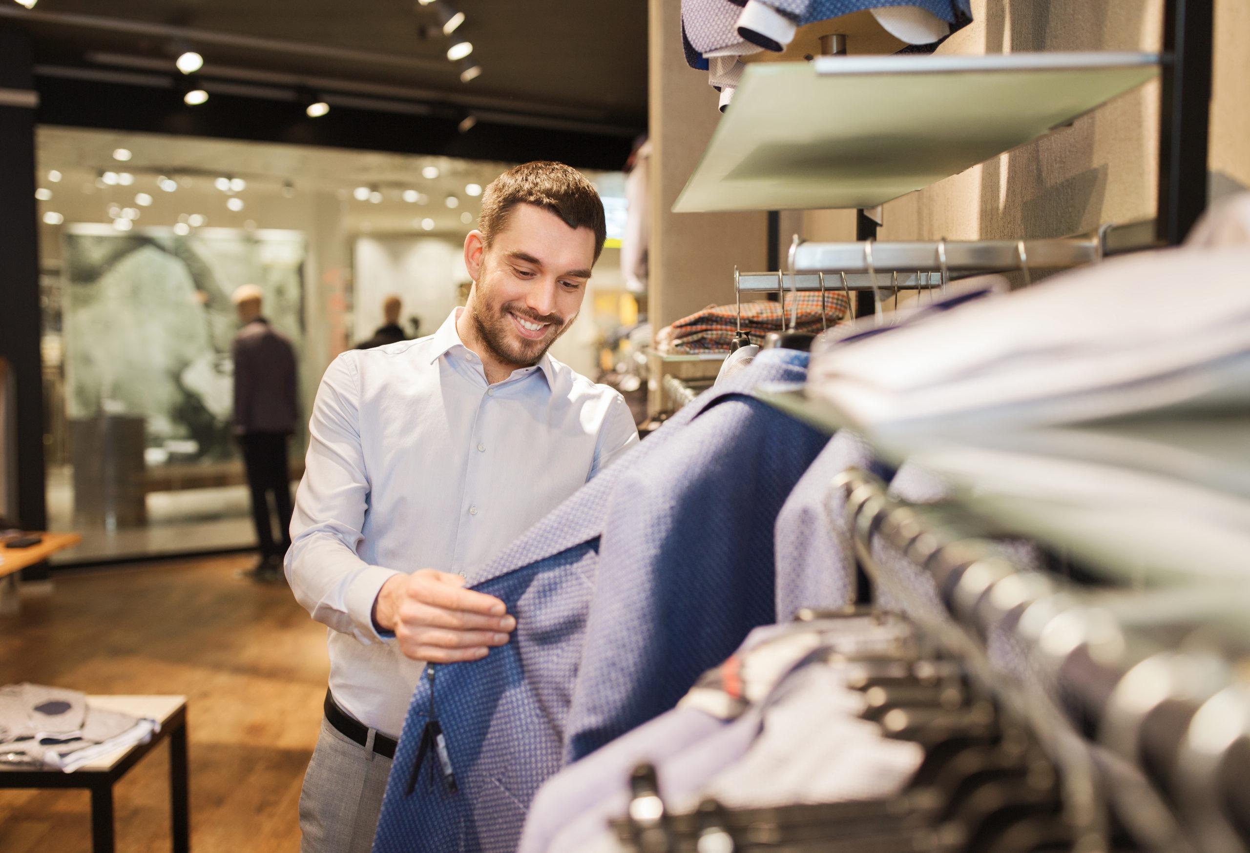 egy nevesebb ruhaboltban több lehetőség közül tudunk választani a zoknitól kezdve a nadrágokon át egészen a pólókig. Fotó: Shutterstock