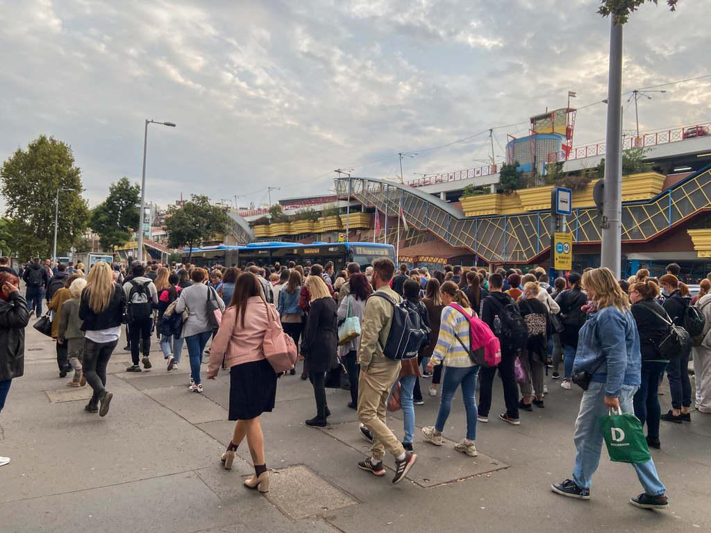 A hömpölygő tömeg jön fel a metróállomásból, de csak egy busz vár rájuk