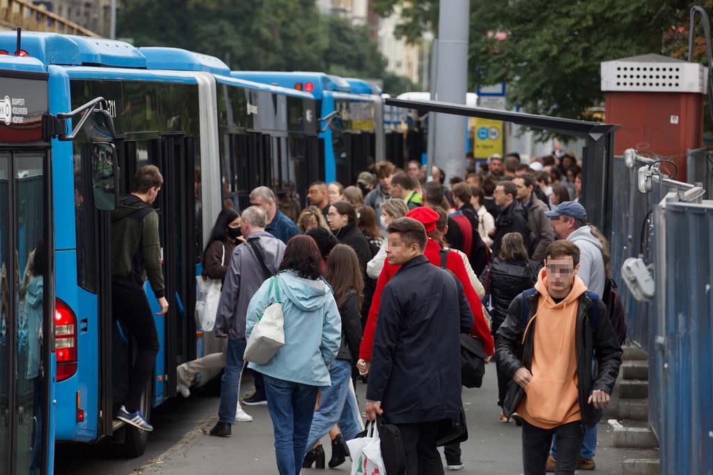 Van, hogy több busz áll be egyszerre, ilyenkor felférnek az utason
