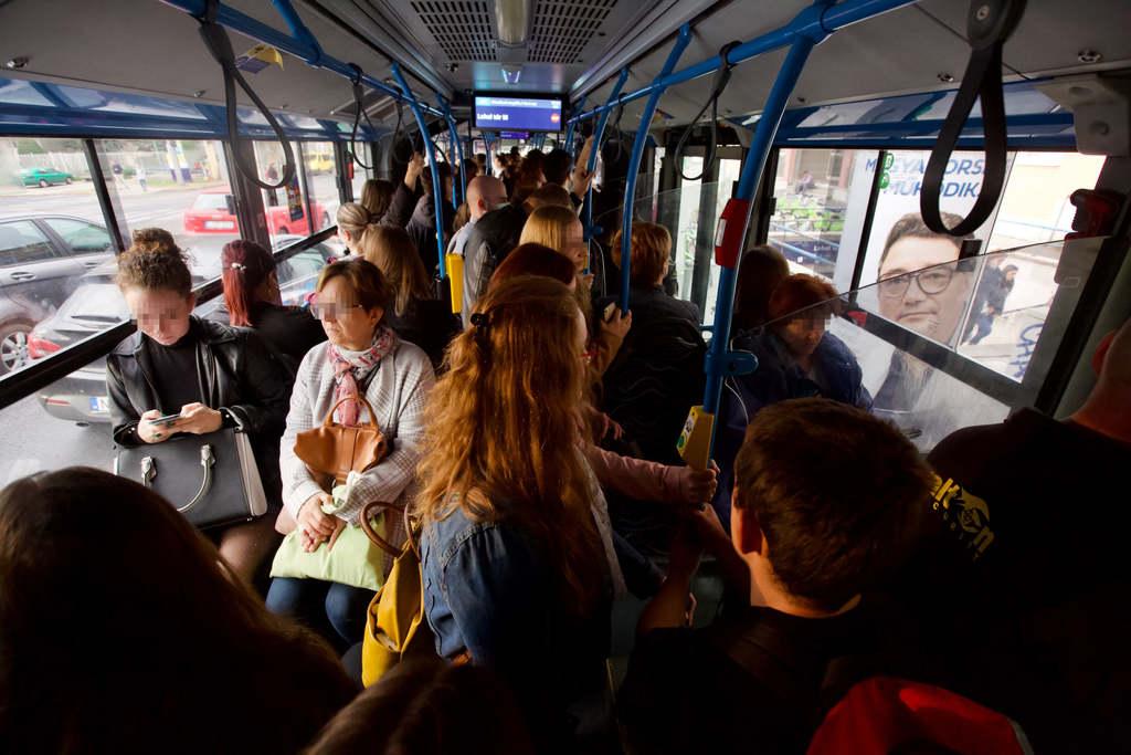 A busz dugig van, levegőt is alig kapni