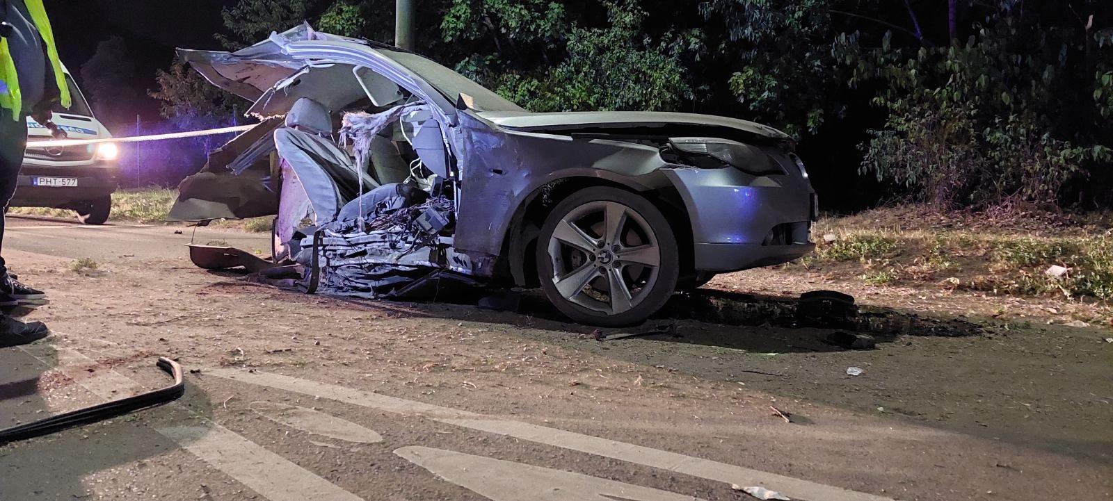 Oszlopnak csapódott, majd kettészakadt az autó